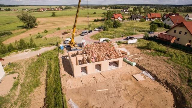 Do nowych trendów budowlanych zwykle podchodzimy z rezerwą. Warto jednak każdą usłyszaną opinię zweryfikować i porównać z doświadczeniami właścicieli już zamieszkałych budynków. W Polsce powstaje coraz więcej domów jednorodzinnych i osiedli zgodnych z wymogami norm unijnych i nowych Warunków Technicznych. Przykładów dobrych praktyk w zakresie budownictwa niskoenergetycznego nie trzeba już dłużej szukać za granicą.