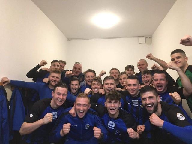 Radość piłkarzy Vinety Wolin po ważnej wygranej w Postominie.
