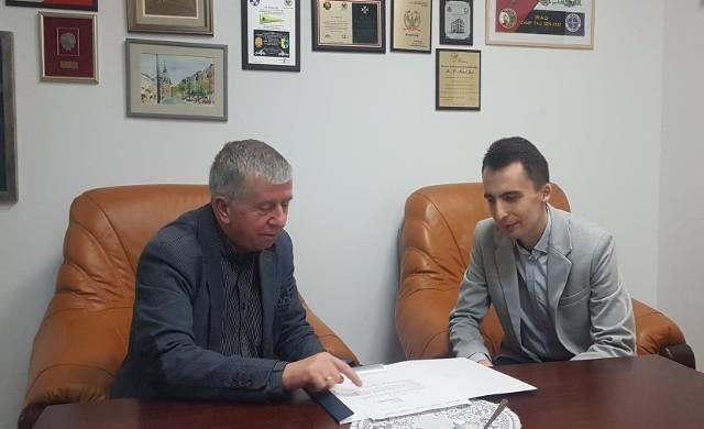 W czasie kampanii wyborczej kandydat na urząd burmistrza Dobrzan Paweł Filip (z prawej) spotkał się z posłem PiS Michałem Jachem.