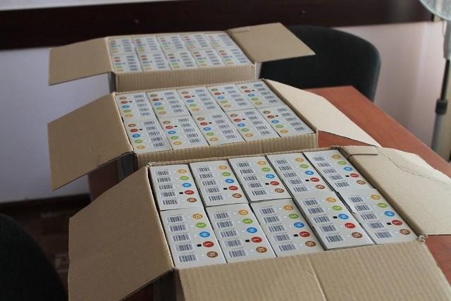 Piękny gest jędrzejowskiego przedsiębiorcy. Do Urzędu Miejskiego w Jędrzejowie przekazał 3000 rękawiczek jednorazowych, które trafią do służb.