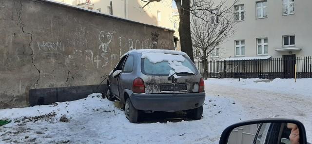 Bezdomny szukał schronienia we wraku samochodu. Zaklinowane drzwi uniemożliwiły mu wydostanie się na zewnątrz