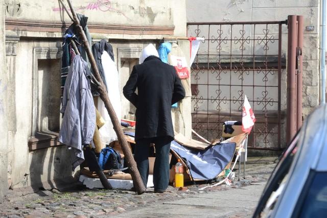 Osoby bezdomne są w szczególny sposób narażone na zakażenie koronawirusem. Jaka pomoc do nich płynie?