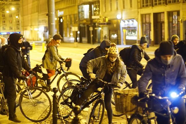 Zasady są proste – każdy rower musi być wyposażony w oświetlenie, które należy włączyć w warunkach zmniejszonej przejrzystości powietrza, a po zapadnięciu zmroku bezwzględnie.
