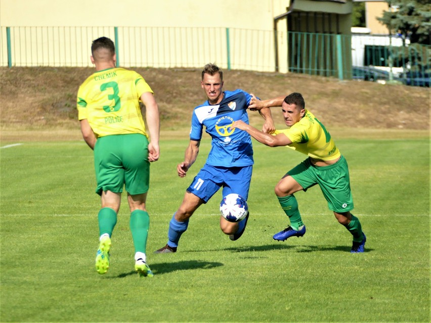 Piłkarze Gwardii Koszalin (niebieskie stroje) odnieśli w Policach wysokie zwycięstwo.
