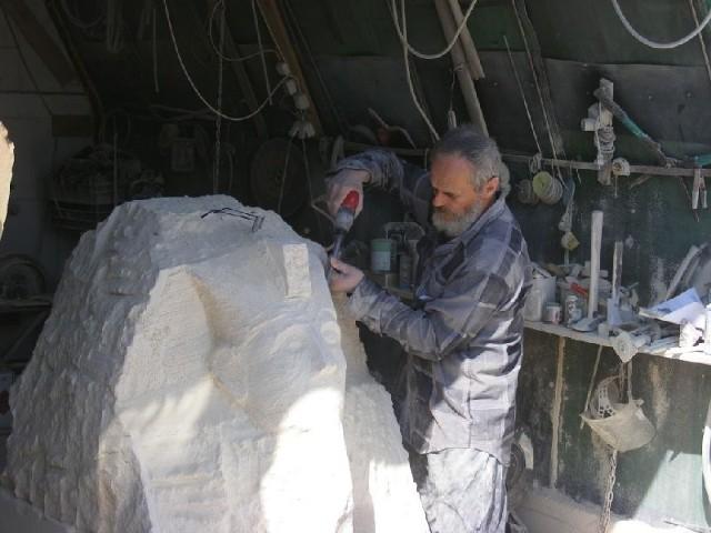 Rzeźbiarz Michał Niedźwiedź podczas pracy nad repliką Sfinksa