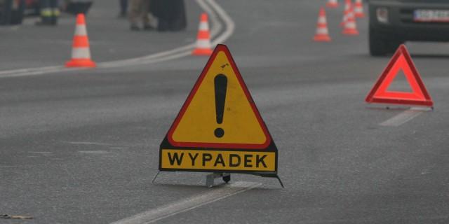 Kierowca mercedesa z impetem wbił się w naczepę ciężarówki. Niestety, zginął na miejscu.