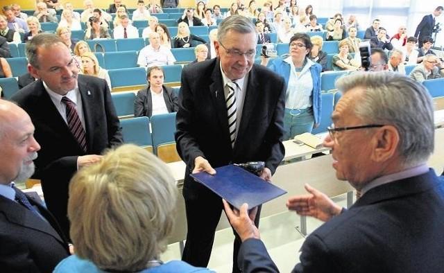 """W imieniu miasta nagrodę """"Rzemieślnicza Jakość"""" odebrał Tomasz Kayser, zastępca prezydenta Poznania (na zdjęciu z lewej) oraz Piotr Koperski, starszy cechu."""