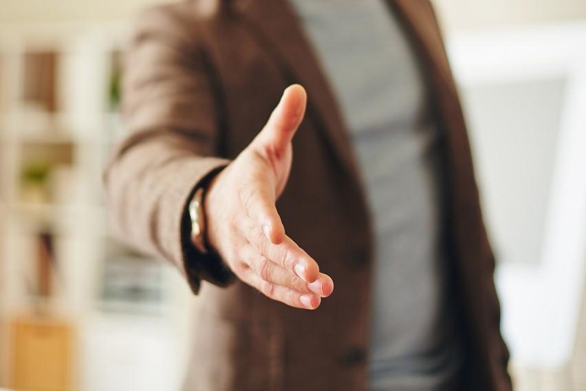 Tymi chorobami zarazisz się przez... uścisk dłoni