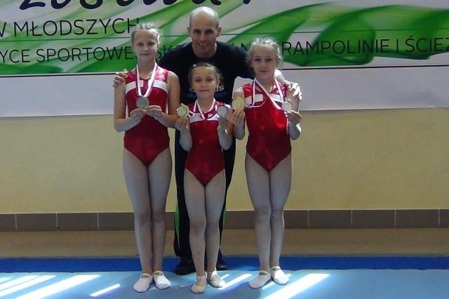 Złota drużyna (od lewej): Julia Wiśniewska, Nikola Sykulska i Weronika Lesik razem z trenerem Adamem Antoszczykiem.