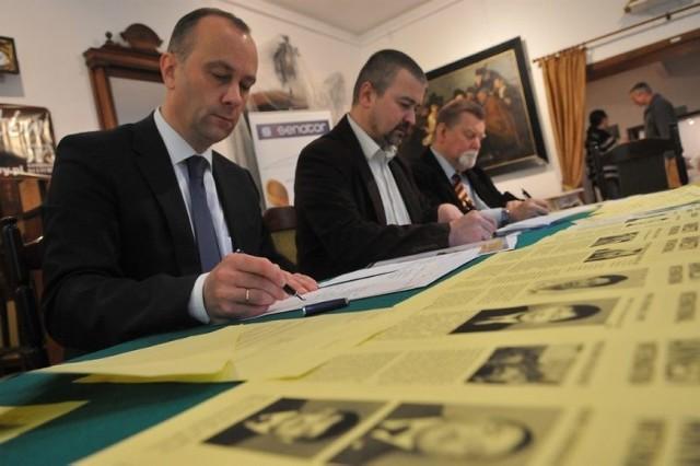 Listy piszą (od lewej): marszałek Marcin Jabłoński, szef Kombinatu Bruno Kieć i dyrektor muzeum Andrzej Toczewski