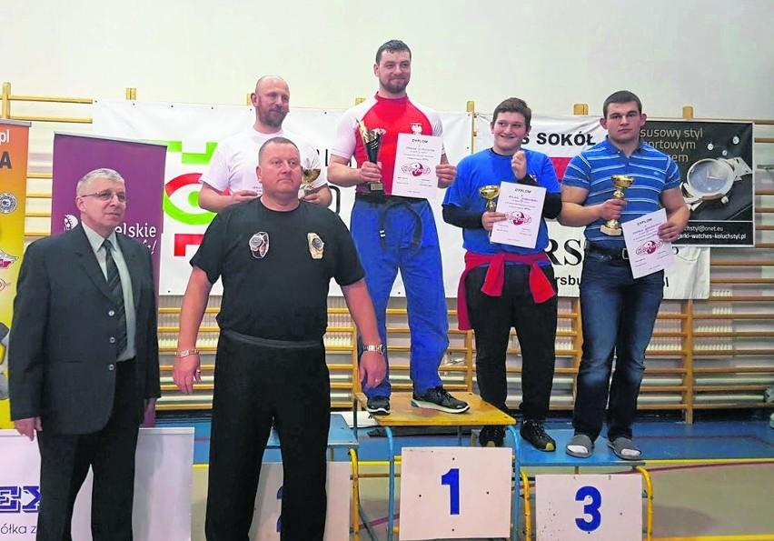Na najwyższym stopniu podium triumfator w kategorii 109 kg...