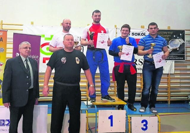 Na najwyższym stopniu podium triumfator w kategorii 109 kg Paweł Zimnoch