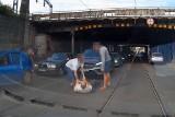 Kierowca bije pieszego na środku ruchliwej ulicy [ZOBACZ]
