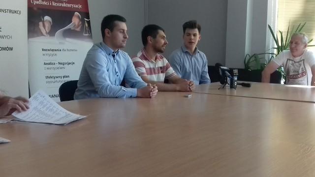 Piotr Ciechanowski, trener Jurij Ziankow, Tymoteusz Lewy na konferencji przed sezonem I ligi