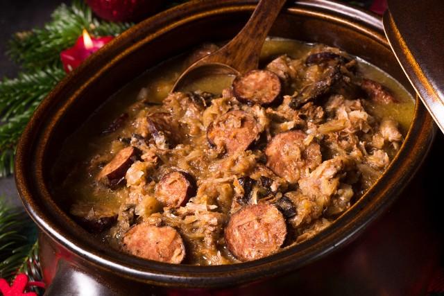 Bigos staropolski przygotowuje się z kiszonej i białej kapusty, różnych rodzajów mięs, kiełbasy, boczku, grzybów, śliwek i czerwonego wina.Kliknij dalej po kolejne informacjeZobacz również! Wigilia, kapusta z grzybami i kapusta z grochem. Najlepsze przepisy. Przepisy na święta: kapusta na WigilięPoznaj najlepsze przepisy na potrawy z karpia na święta. Karp na Wigilię i Boże Narodzenie! Pyszny karp na WigilięNajzdrowsze wigilijne produkty. Sprawdź, co dobrego mają w sobie tradycyjne dania podawane na Wigilię świąt Bożego Narodzenia!