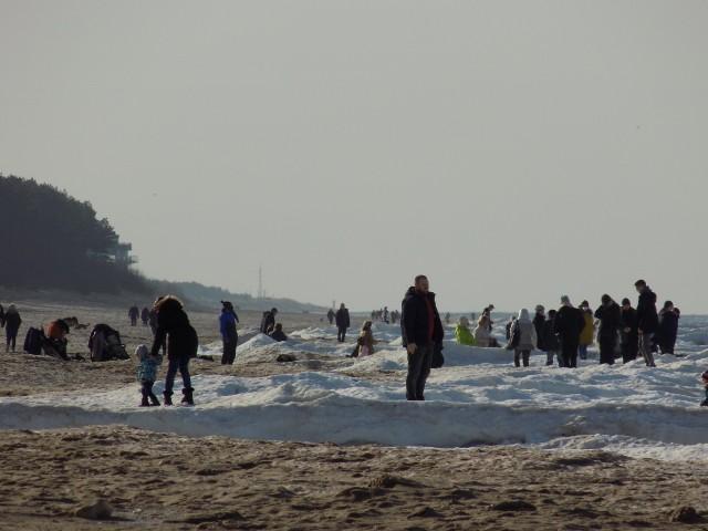 Tłumy przyjezdnych na plaży w Dziwnówku. Zobacz zdjęcia!