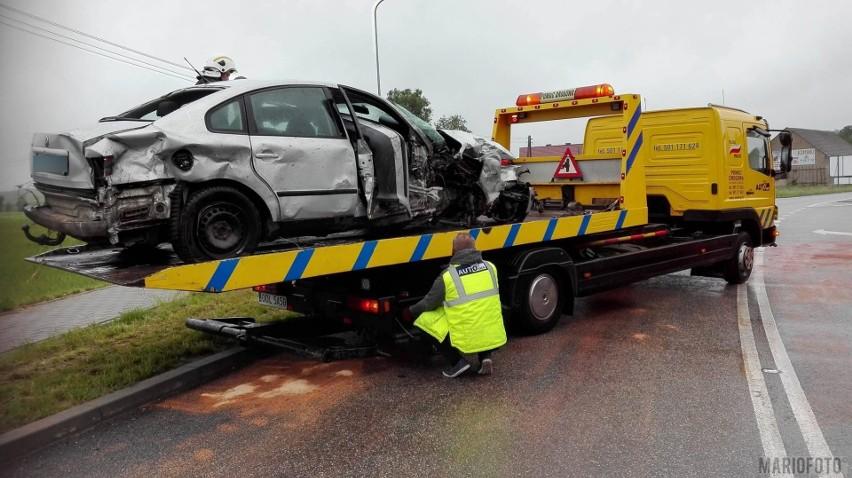 W wyniku zderzenia auto osobowe przejechało przez chodnik i zatrzymało się w polu.