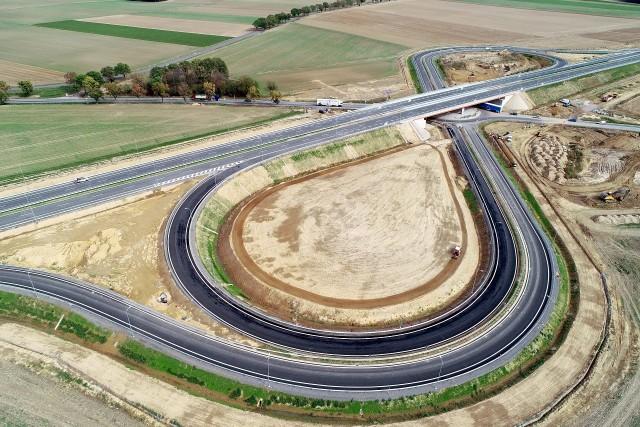 Droga ekspresowa S3 na odcinku Legnica - Jawor - Bolków. Stan na koniec września 2018 roku. Już wiadomo, że otwarcie dla kierowców nastąpi 15 października około godz. 13