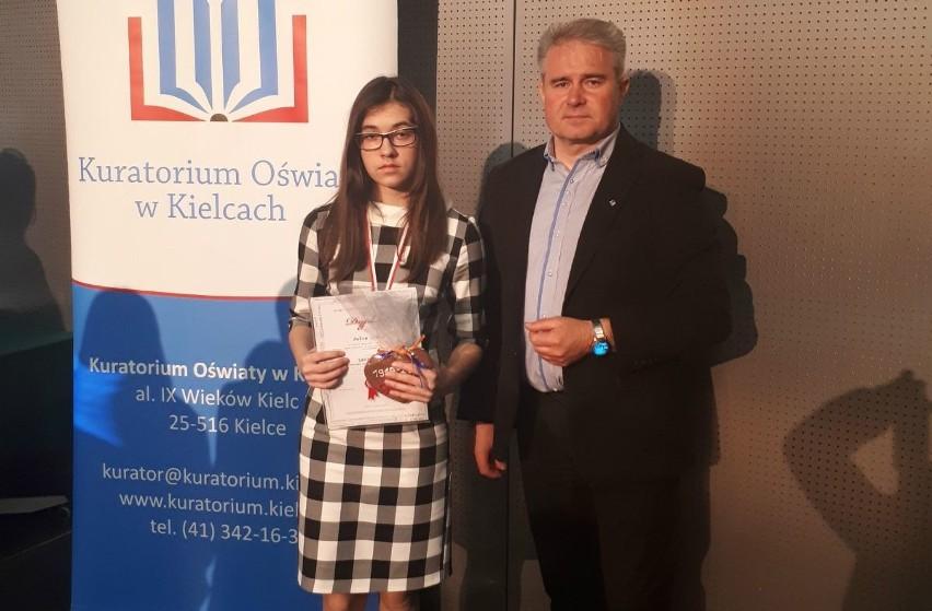 Julia Piech z dyrektorem Szkoły Podstawowej Zbigniewem Hamerą.