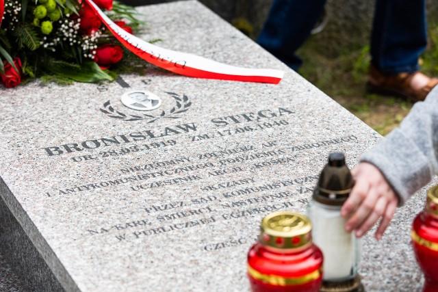"""Powieszony wyrokiem komunistycznego sądu Bronisław Stęga """"Kolejarz"""", żołnierz AK i antykomunistycznego podziemia, uczestnik Akcji """"Kośba"""", doczekał się symbolicznego nagrobka na cmentarzu Pobitno w Rzeszowie."""