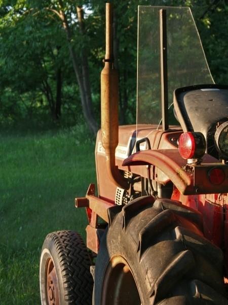 Traktorzysta zamiast posłusznie zjechać na pobocze, skręcił w stronę nadjeżdżającego radiowozu...