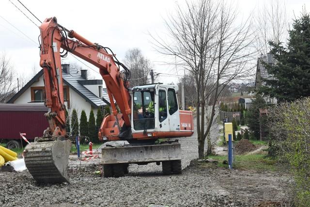 Prace związane z przebudową bardzo wąskiej ulicy Pasternik na osiedlu Bogucice w Wieliczce powodują ogromne utrudnienia dla mieszkańców. Ludzie apelują, by gmina wyznaczyła w tym rejonie drogę zastępczą (np. z betonowych płyt)