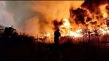 Koszmarny pożar w Lubnie. Paliło się składowisko opon i wraków. Z ogniem walczyły dziesiątki strażaków