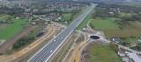 """Na autostradzie A4 powstaje """"Węzeł Niepołomice"""". Pierwsze rondo już gotowe [ZDJĘCIA]"""