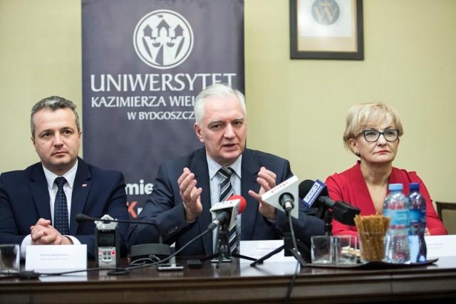Gdy wicepremier i minister nauki Jarosław Gowin (na zdjęciu w środku) odwiedzał UKW, zapewniał, że uczelnia nie straci na nowych przepisach