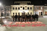 """Myślenice. """"1 marca. Pamiętamy"""" na płycie rynku. Tutaj obchodzono Narodowy Dzień Pamięci Żołnierzu Wyklętych [ZDJĘCIA]"""