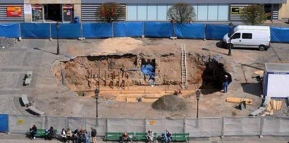Wielkia dziura w miejscu fontanny straszy już dobrych kilka miesięcy