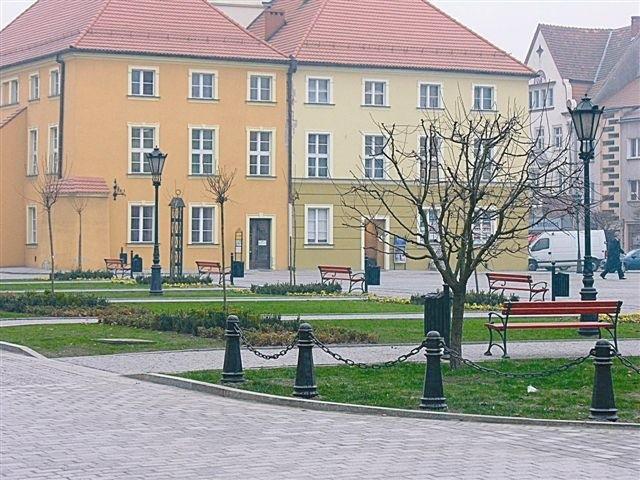 Bruk na jezdniach, nowa zieleń i efektowna mała architektura - tak wygląda namysłowski rynek po zakończonym właśnie remoncie. (fot. Jarosław Staśkiewicz)