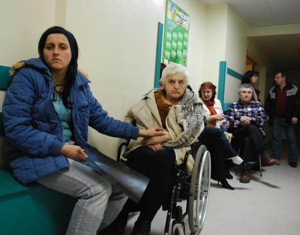 O godz. 20 Hildegarda Bartelt (na wózku) i jej wnuczka Joanna Szpajda wciąż nie wiedziały, kiedy przyjmie je lekarz. Na izbę przyjęć przyjechały o 11.00.