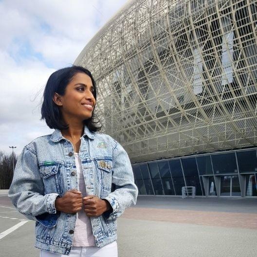 Doreen Pinto lubi fotografować się na tle znanych krakowskich lokalizacji. W tle zdjęcia Tauron Arena