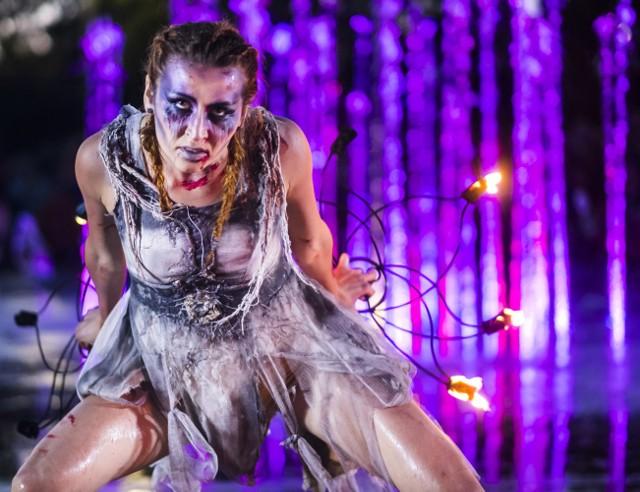 Wszyscy wielbiciele Wiedźmina mogli czuć się usatysfakcjonowani, gdy w piątek 2 czerwca 2017 r. pojawili się pod fontanną Cosmopolis w Toruniu. Tam po zmroku rozbłysła światłami nowa aranżacja multimedialna, przygotowana do muzyki z gry Wiedźmin III: Dziki Gon. Uroczystość uświetniła grupa teatralna Avatar, prezentująca taniec ognia z towarzyszeniem wody.Była to kolejna, już 7 aranżacja na fontannie Cosmopolis. Następnego dnia w tym samym miejscu odbył się Fantastyczny Dzień Dziecka z Wiedźminem.