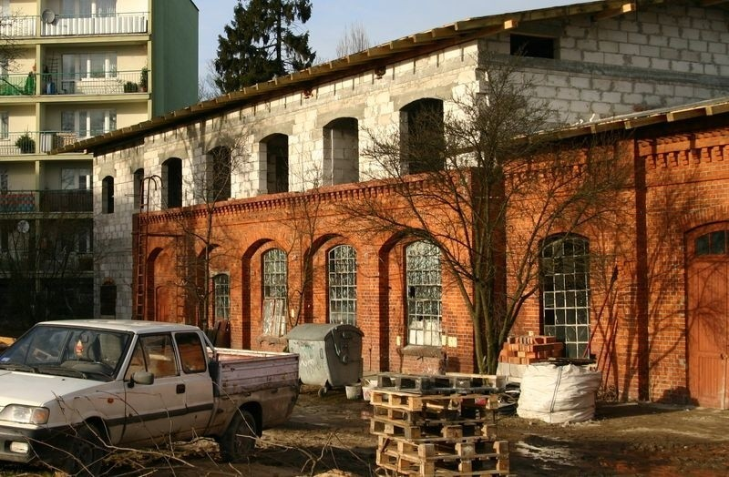 Jeden z najstarszych budynków na Zatorzu w przebudowie.
