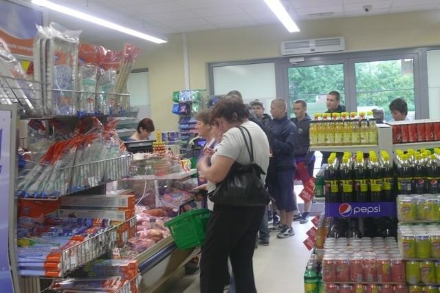 """Kolejka ustawiła się przy kasie w nowo otwartym sklepie """"Dobry Wybór"""".."""