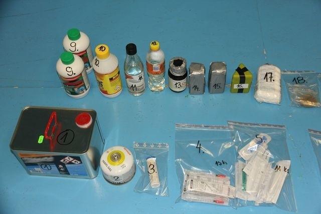Chemikalia zabezpieczone w litym w mieszkaniu producenta pervetinu w Jeseniku.