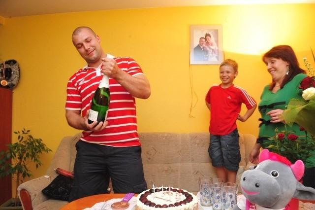 Bartłomiej Bonk z rodziną - synem Mateuszem i żoną Barbarą tuż po powrocie naszego medalisty z Londynu.