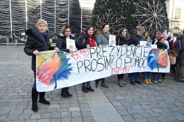 Protest rodziców uczniów TSP nr 119 przy ul. Bytomskiej