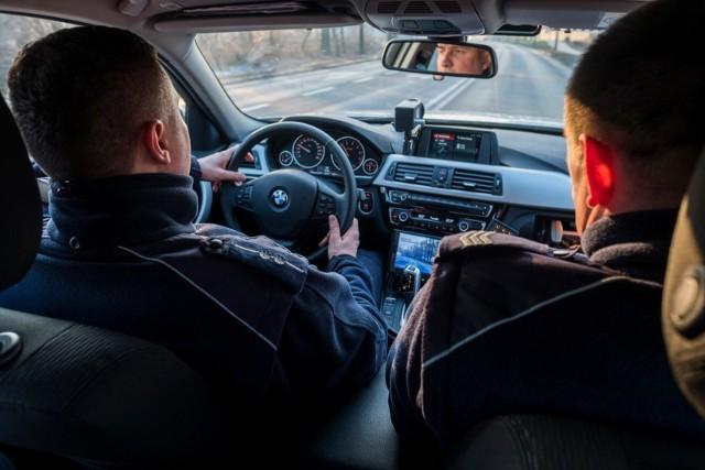 Do dramatycznych wydarzeń doszło w czwartek, 25 kwietnia, na ul. Kaczeńcowej. 8-letni chłopiec omal nie wykrwawił się na śmierć. W ratowaniu jego życia pomogli policjanci.CZYTAJ DALEJ NA NASTĘPNYM SLAJDZIE