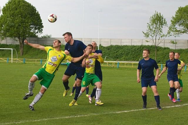 Piłkarze Kluczevii Stargard (żółto-zielone stroje) wygrali z Odrzanką Radziszewo 3:1.