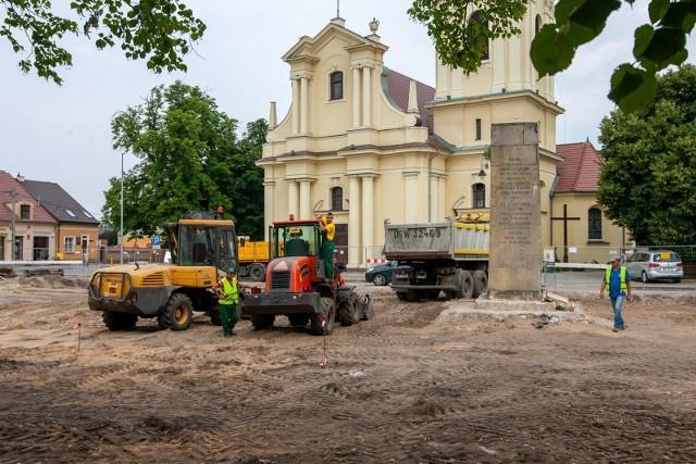 Rewitalizacja rynku pochłonie 6 mln zł. Na przebudowę przyległych ulic oraz urządzenie terenów zieleni wraz z obiektami sportowo-rekreacyjnymi miasto zabezpieczyło kolejne 25 mln zł. Na zdjęciu prace w starym Fordonie - lipiec 2021