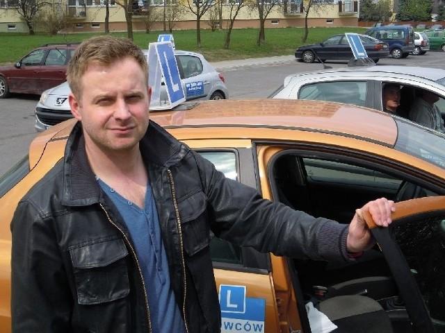 Maciej Adamowicz z Tarnobrzega, właściciel ośrodka nauki jazdy: - Wstrzymaliśmy się do tej pory z zakupem nowych aut z powodu ryzyka, że zwycięzca przetargu może się zmienić. Tak jak wszystkie szkoły jazdy na pewno kupimy nowe auta, bo kursanci chcą się uczyć w samochodzie, w którym będą zdawać egzamin. Szkoda tylko, że cena toyoty jest wysoka.