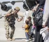Afganistan: Amerykanie ostrzegają przed groźbą ataków terrorystycznych na lotnisku w Kabulu (WIDEO)