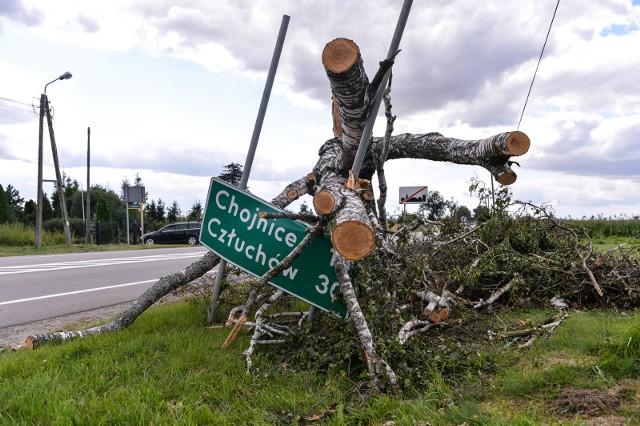 Mijają trzy lata od pamiętnej nawałnicy, która przeszła 11. sierpnia i w nocy z 11. na 12. sierpnia w naszym regionie. Skutki katastrofy usuwane są do dziś. Straty sięgają miliardów złotych.Lasy Państwowe informowały, że usuwanie skutków klęski kosztowało ponad 700 milionów złotych. W sumie koszty mogą sięgnąć nawet miliarda zł. Potężny huragan zniszczył ponad 100 tysięcy hektarów lasów. Największe spustoszenie siał w powiatach chojnickim, człuchowskim, sępoleńskim, tucholskim, bydgoskim, nakielskim i żnińskim. Nie obyło się bez tragedii. Na obozie harcerskim w Suszku zginęły dwie młode harcerki. W sumie w wyniku huraganu zmarło sześć osób. Setki tysięcy gospodarstw domowych zostało zniszczonych lub uszkodzonych.Zobaczcie jakie spustoszenie siała wichura w czasie pamiętnej nawałnicy. Oglądajcie zdjęcia na kolejnych slajdach ---->