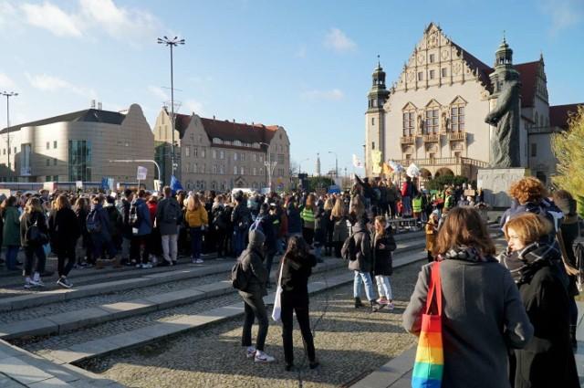 W piątek przed południem na placu Adama Mickiewicza w Poznaniu zebrało się kilkaset osób. Z jakiego powodu?Przejdź do kolejnego zdjęcia --->