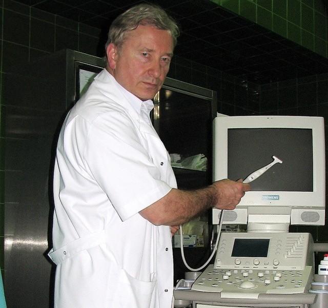 Dr Adam Zaborowski, ordynator grudziądzkiej neurochirurgii, prezentuje usg śródoperacyjne, które stowarzyszenie kupiło za około 80 tys zł.