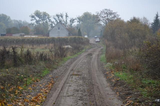W tym roku gmina utwardzi drogi m.in. w Gościeradzu (1300 m), Stopce, Okolu. 700 m drogi w Lipinkach w planach nie ma...