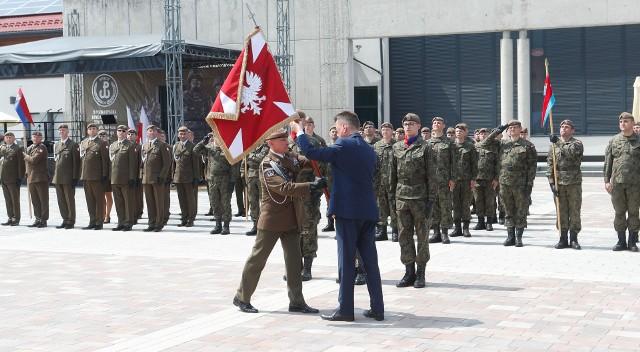 Podkarpaccy Terytorialsi otrzymali z rąk ministra Błaszczaka sztandar brygady w Boguchwale.